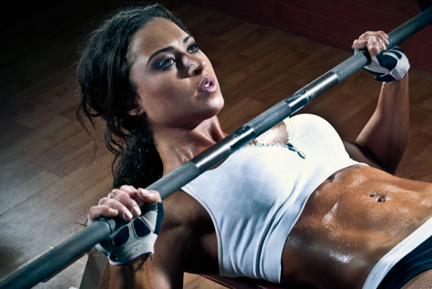 femme musculation developpé couché banc fitness live for change ventre plat muscler